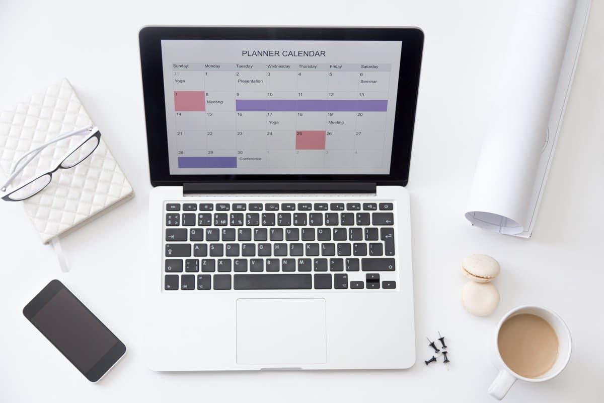 Ordenador portátil mostrando en su pantalla un calendario