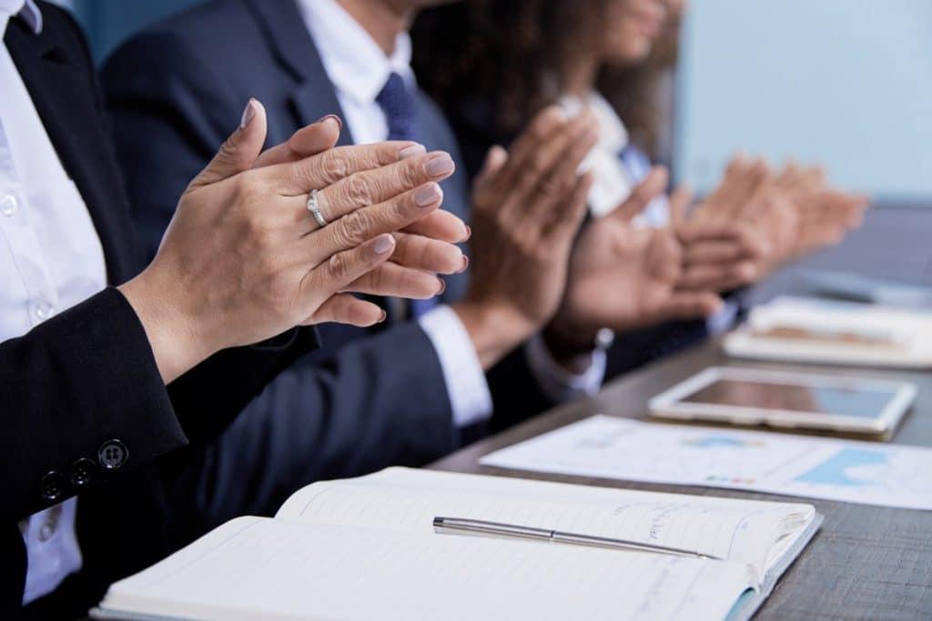 Un grupo de personas integrantes de un jurado aplaudiendo