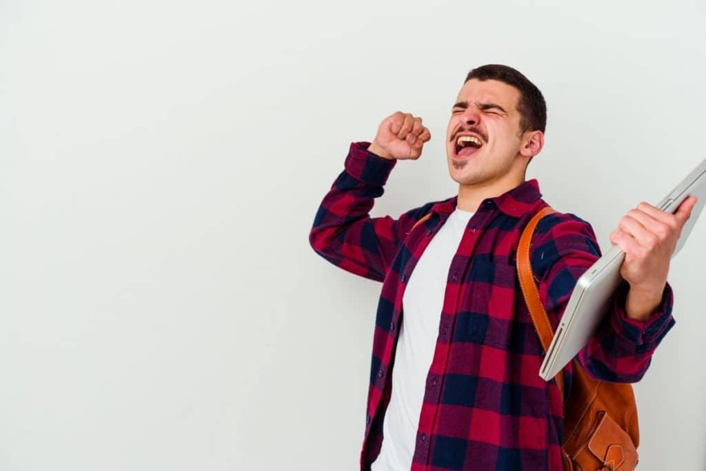 Chico celebrando haber aprobado después de haber hecho sus oposiciones de Educación Física