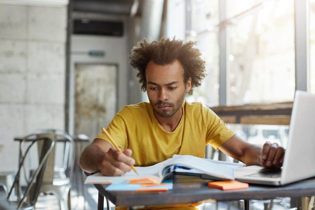 Hombre preparando su temario de Educación Física