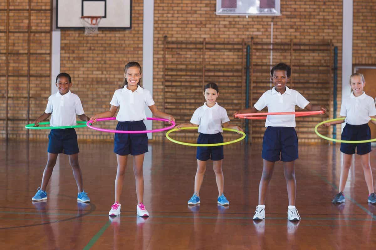 Niños y niñas en clase de Educación Física de primaria